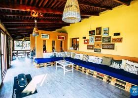 Nexo Surfhouse in Andalusie, Spanje lounge NEXO Surfhouse 40plusteens