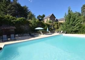 Chateau du Besset in de Ardeche, Frankrijk zwembad met kasteel Chateau du Besset 40plusteens