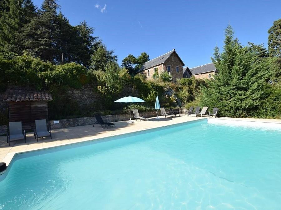 Chateau du Besset in de Ardeche, Frankrijk zwembad met kasteel Chateau du Besset 40plusteens image gallery