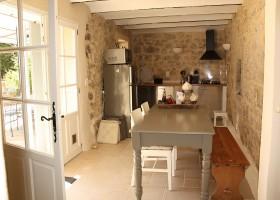 Gite Le Bel Endroit in de Ardeche, Frankrijk zonnige keuken 2 Gîte Le Bel Endroit 40plusteens