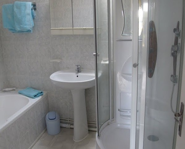 Les Chardonnerets La Lavande bathroom.jpg Les Chardonnerets 40plusteens image gallery