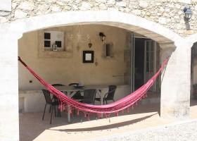 Gite Le Bel Endroit in de Ardeche, Frankrijk terras met hangmat Gîte Le Bel Endroit 40plusteens