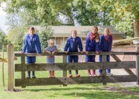 Landrijk De Reesprong in Twente, Nederland kinderen op hek Landrijk de Reesprong 40plusteens