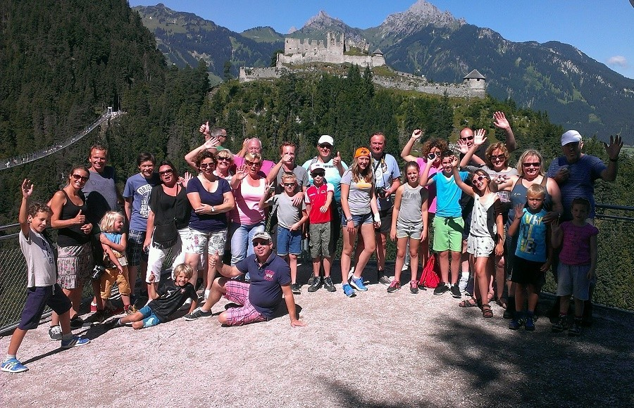 Berghotel Axx in Tirol, Oostenrijk groep mensen bij hangbrug Berghotel Axx 40plusteens image gallery