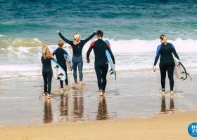 Nexo Surfhouse in Andalusie, Spanje met surfboards de zee in NEXO Surfhouse 40plusteens