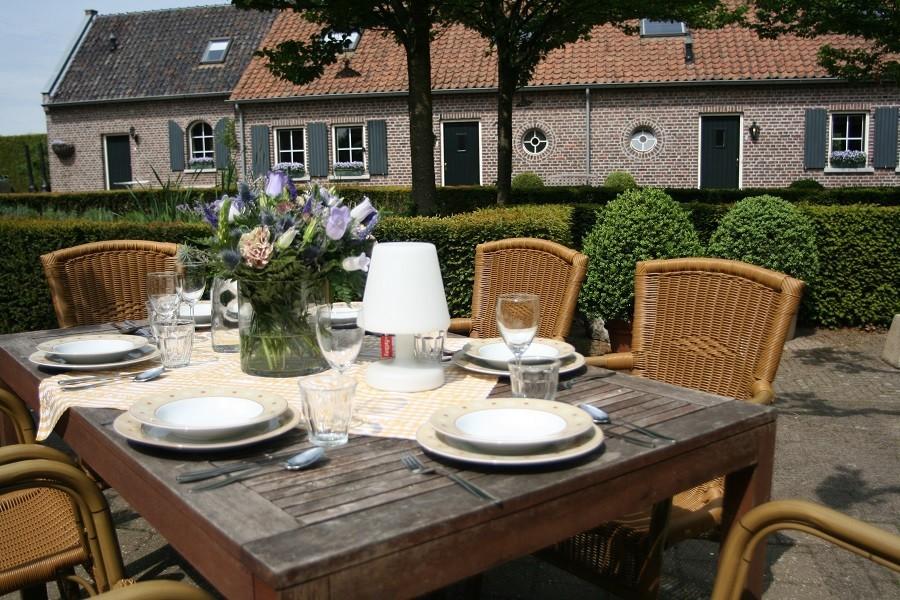Erfgoedlogies d'Ouffenhoff tafel buiten uitzicht overige accommodaties.jpg Erfgoedlogies d'Ouffenhoff 40plusteens image gallery