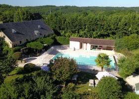 Domaine de Montsalvy in de Lot Frankrijk zwembad en huis Domaine de Montsalvy 40plusteens