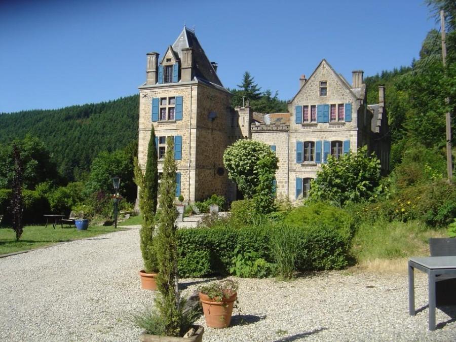 Chateau du Besset in de Ardeche, Frankrijk kasteel met blauwe luiken Chateau du Besset 40plusteens image gallery