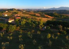 Villa Bussola in Le Marche, Italie overzicht veld Villa Bussola 40plusteens
