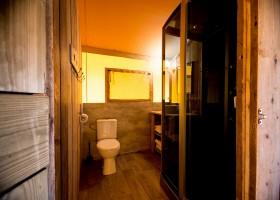 Villa Alwin in Le Marche, Italie badkamer in safaritent Villa Alwin 40plusteens