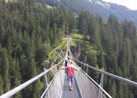Berghotel Axx in Tirol, Oostenrijk spectaculaire hangbrug Berghotel Axx 40plusteens